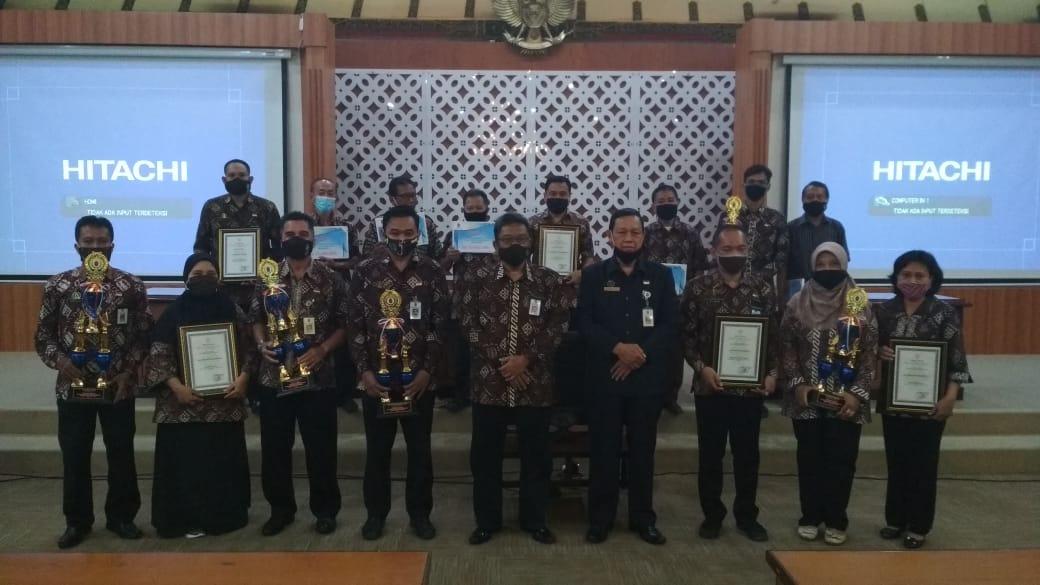 Penyerahan Hadiah Oleh Tim Evaluasi Perkembangan Kelurahan Tingkat Kota Yogyakarta Dalam Rangka Lomba Kelurahan Tingkat Kota Yogyakarta Tahun 2020