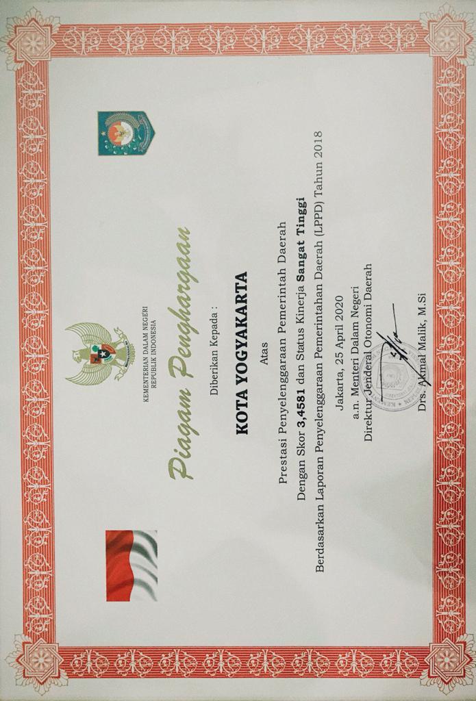 Piagam Penghargaan yang Diterima Kota Yogyakarta Atas Prestasi Penyelenggaraan Pemerintah Daerah Dengan Skor 3,4581 dan Status Kinerja Sangat Tinggi Berdasarkan Laporan Penyelenggaraan Pemerintahan Daerah (LPPD) Tahun 2018